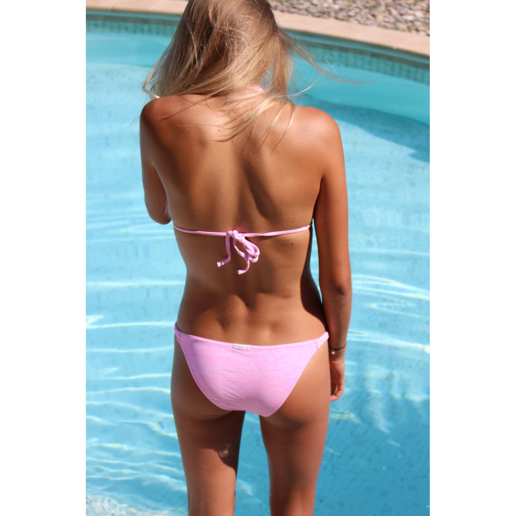 Adolescent en culotte rose